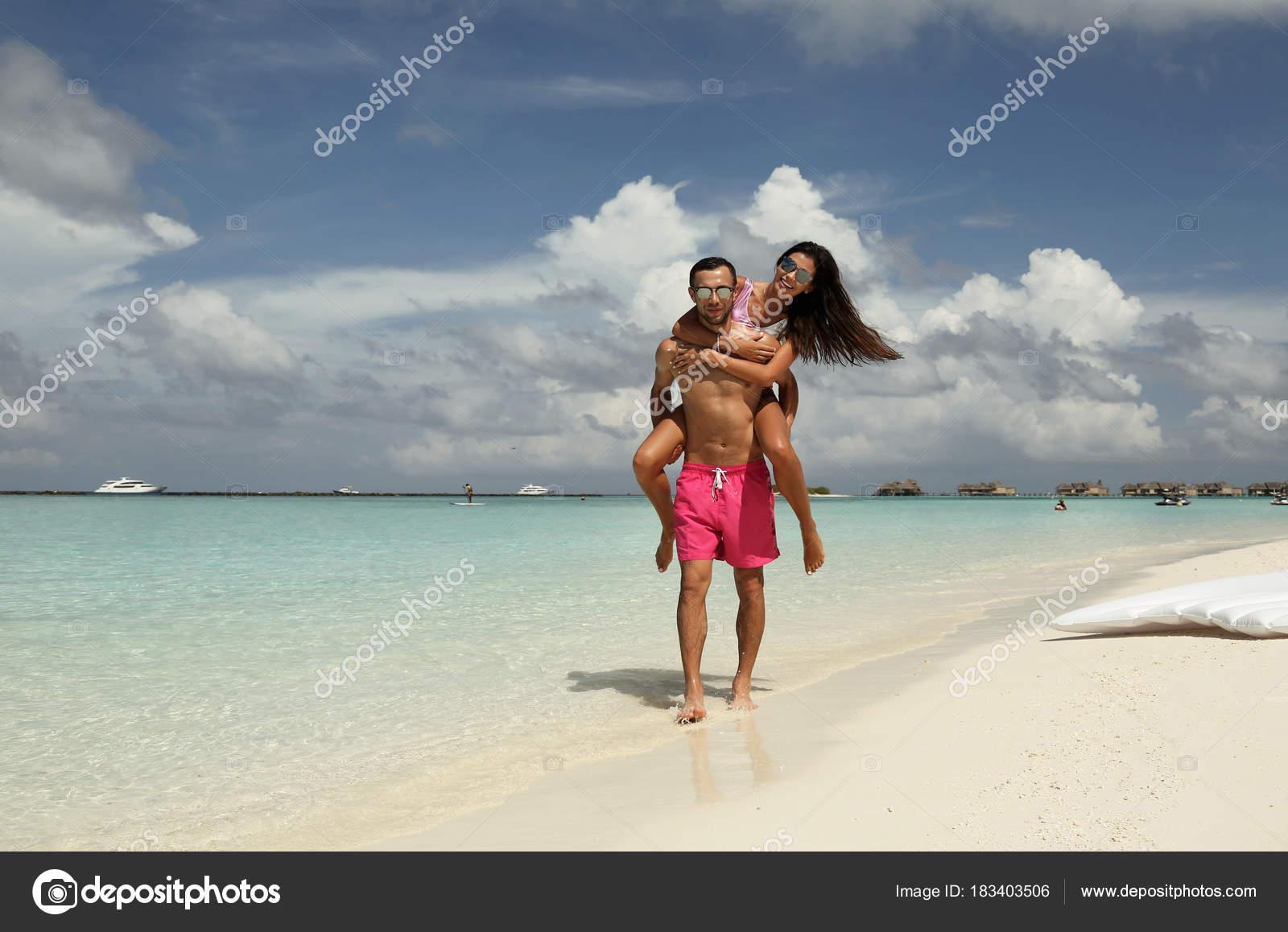 Сексуальная пара на острове