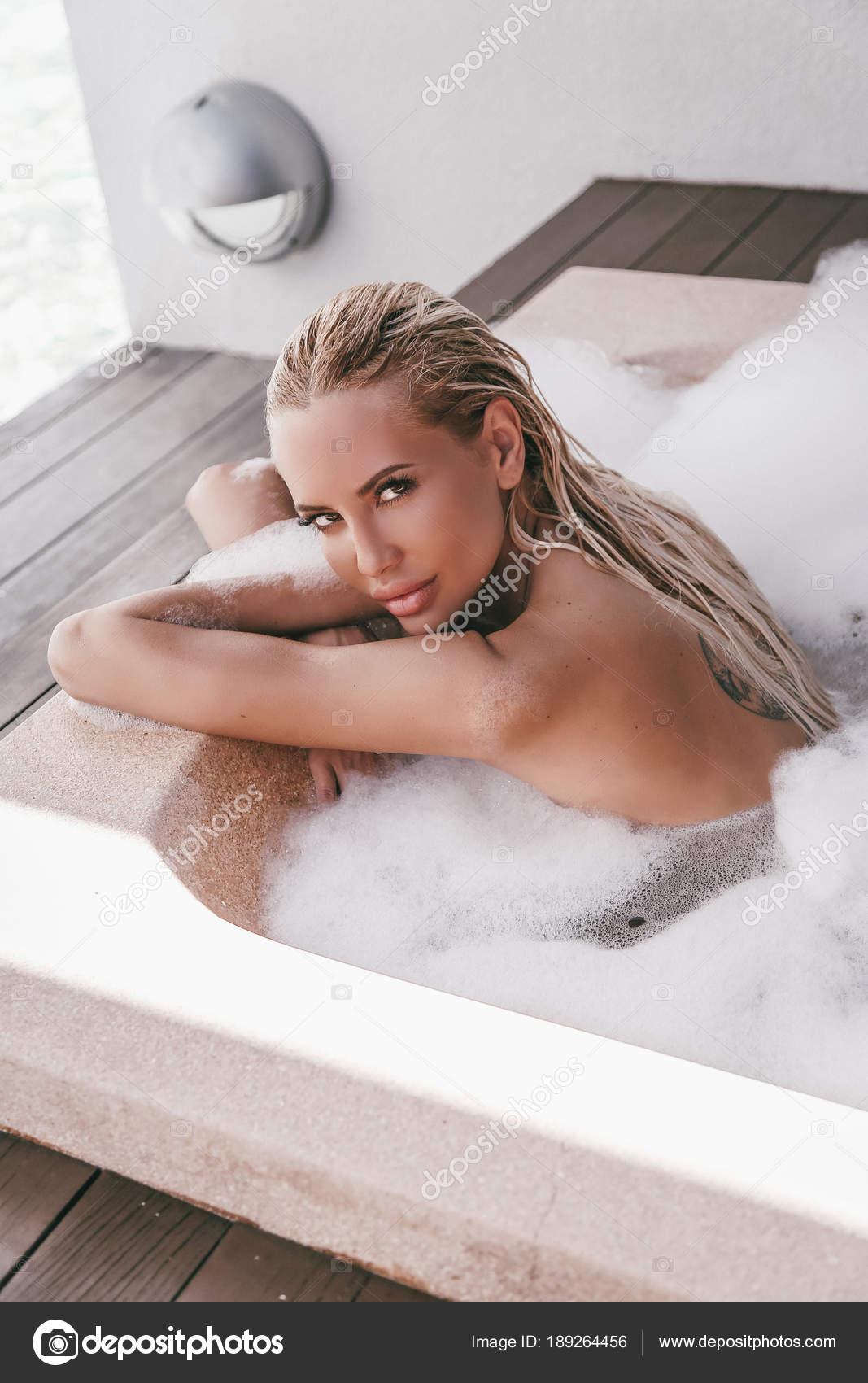 sexy Mädchen im Whirlpool