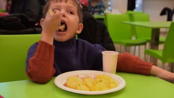 Kind beim Abendessen im Food Court Café