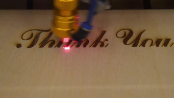 Gravur auf Holz mit Laserstrahl