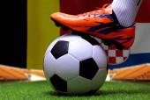 Zblízka nohy a nohy fotbalisty nebo fotbalisty chodit na zelené trávě připraven hrát zápas na národní Belgii a národní Chorvatsko.