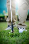 Golfista hraje golf na trávníku