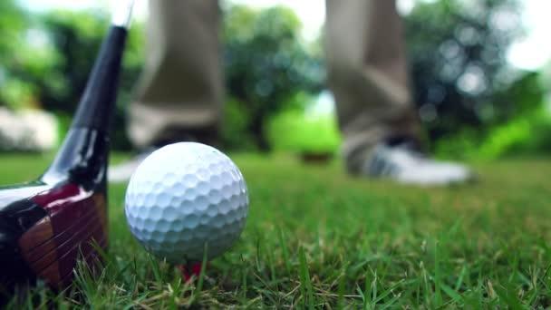 Golfisté trénují bití golfových míčků na hřišti