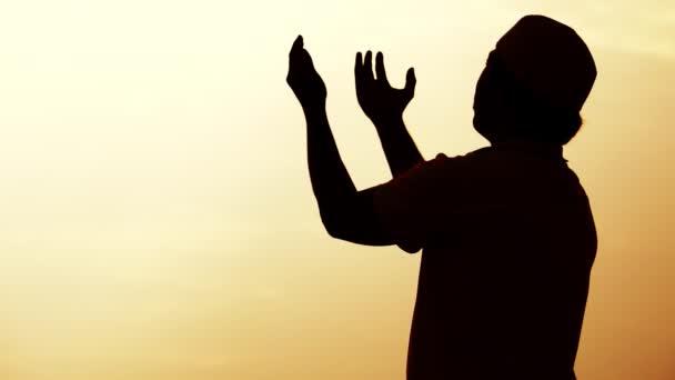 Silhouette eines betenden asiatischen muslimischen Mannes