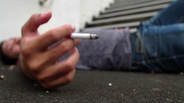 Ázsiai férfiak dohányoznak a park felvételein kívül. Lassított felvétel.