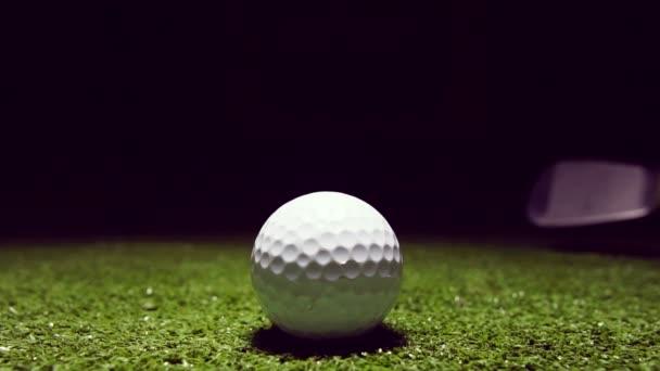 Zpomalený pohyb golfového míčku na zelené trávě