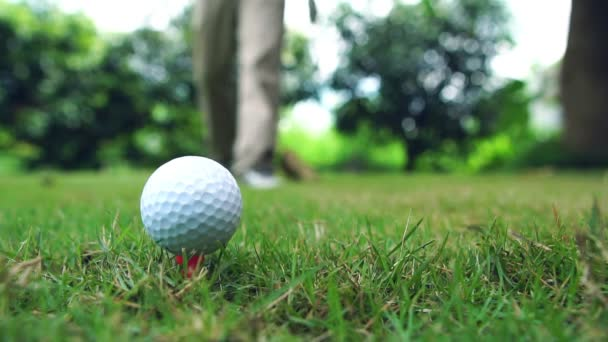 Golfer üben, Golfbälle auf dem Feld zu schlagen