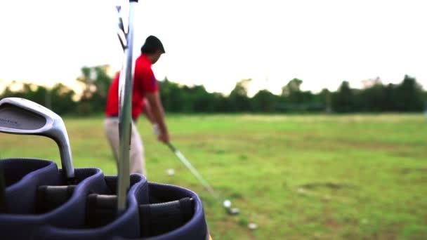 Asijský člověk hrát golf na louce