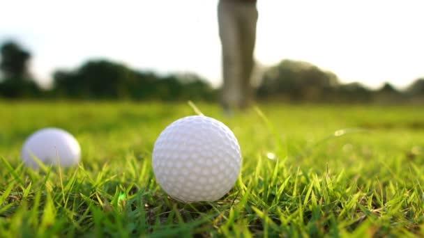 Vystřižené záběry muže hrajícího golf