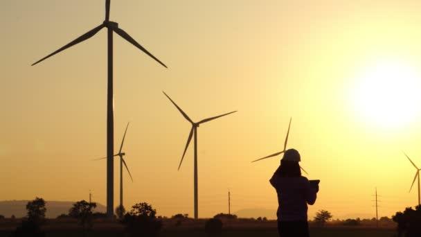 Der Ingenieur untersucht die fehlerhafte Windkraftanlage.
