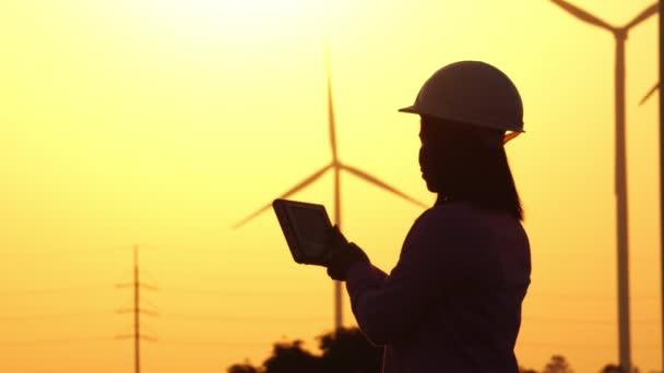 Inženýr zkoumá vadný záznam systému větrných turbín 4k
