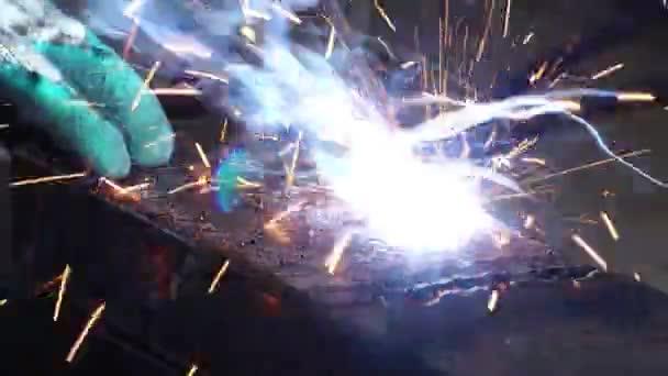 Nahaufnahme: Metallarbeiter schweißt Eisen in einer Werkstatt Filmmaterial 4k