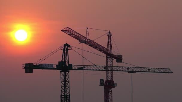Kranbaustelle bei Sonnenuntergang