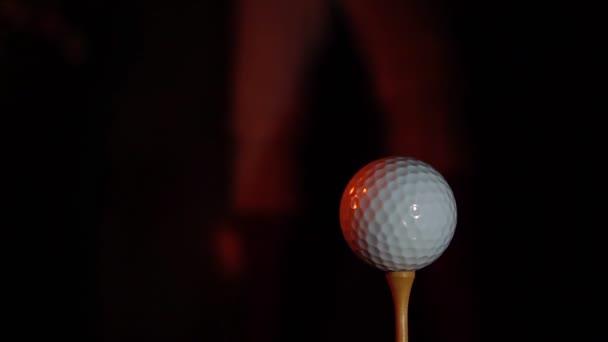 Hořící klub poblíž golfového míčku