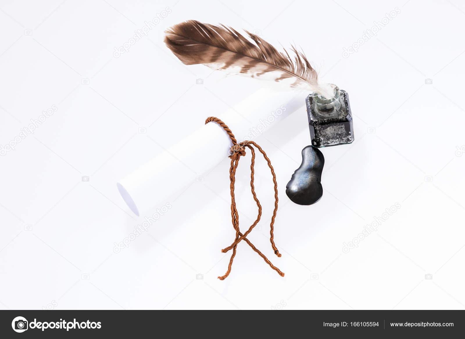 Documento vacío y antigua escritura pluma en el tintero — Foto de ...