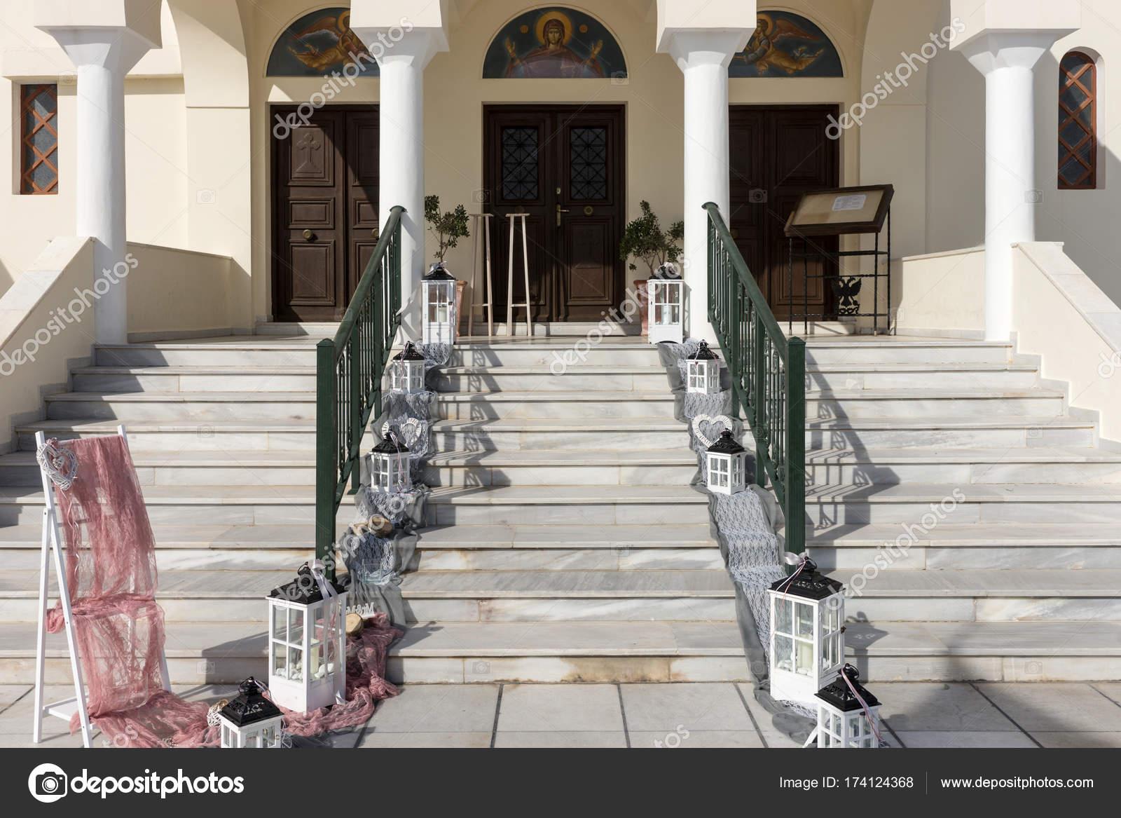 Hochzeitsdekoration Auf Der Treppe Der Kirche Stockfoto
