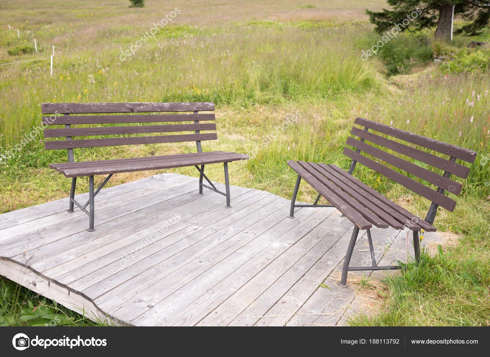 Zwei Holzbänke Auf Einer Hölzernen Plattform Park — Stockfoto ...