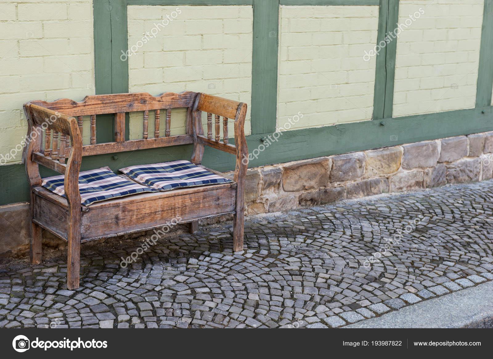 Ancien Petit Banc Bois Sur Trottoir Face Maison Photographie