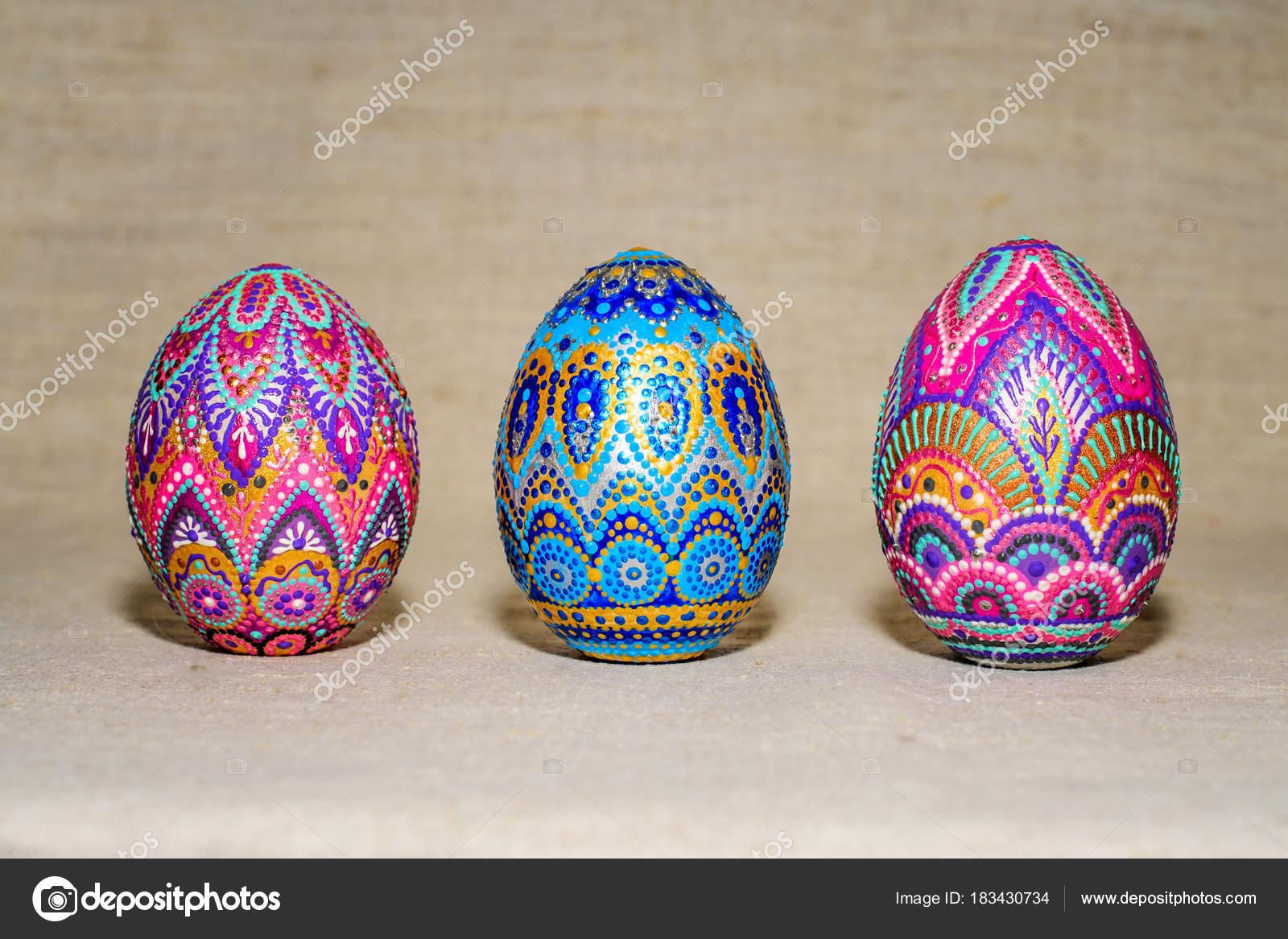 Uova Di Ceramica Dipinte A Mano.Uova Di Pasqua Dipinte A Mano Con Colori Acrilici Arte Foto Stock