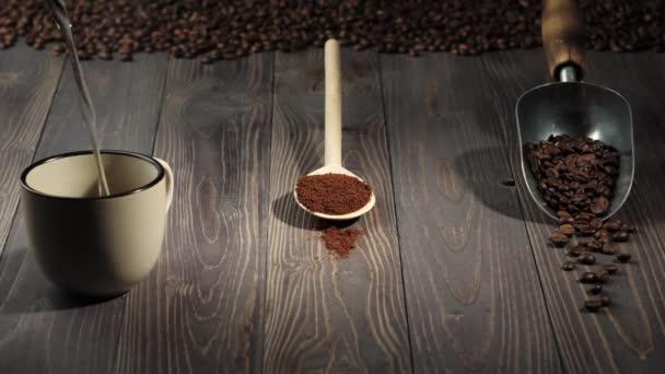 Összetétel kávébabból. Fa asztal háttér díszített kávéfőző és fa kanál és kanál kávéval. A vizet egy bögre kávéba öntik. 4k