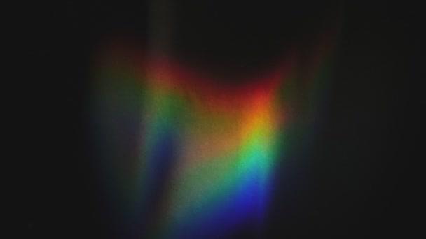Spektrální záře slunce na černé stěně. Sluneční paprsky vytvářejí spektrum zářících vln na pozadí. Vlny slunečního spektra.