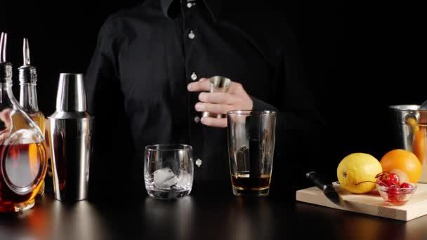 Whisky Kyselý koktejl. Barman si vezme jigger, nalije do něj cukrový sirup ze čtvercové láhve a obsah nalije do sklenice s bourbonem. Oficiální koktejl Iba. Široký záběr