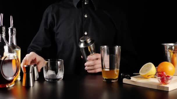 Whisky Kyselý koktejl. Barman vezme třepačku, otevře ji, nalije do ní led z lopatky a nalije obsah sklenice do třepačky. Oficiální koktejl Iba. Široký záběr