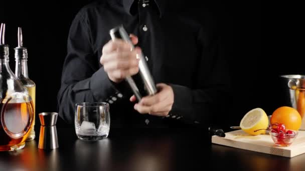 Whisky Kyselý koktejl. Barman si vezme třepačku, zavře ji a začne se třást a míchat bourbon, cukrový sirup, citrónovou šťávu, vejce a led. Oficiální koktejl Iba. Široký záběr