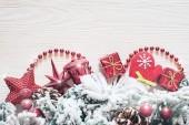 Vánoční pozadí na bílé dřevěné desce