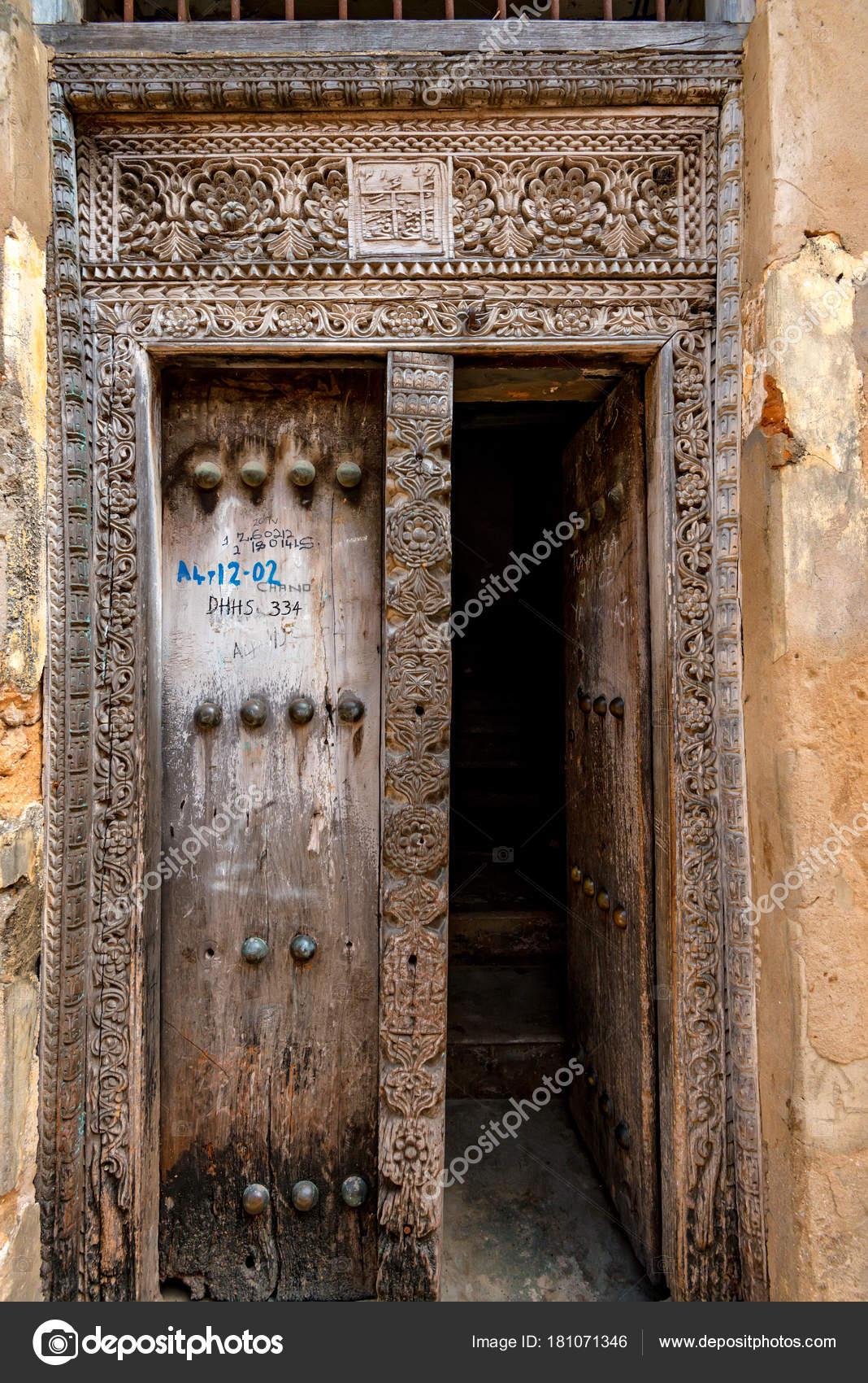 Vieilles portes en bois à Stone Town, Zanzibar — Photographie ...
