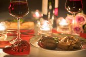 Romantikus vacsora két bor, gyertya, virág