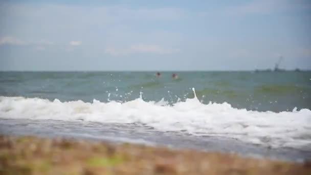 Vlny na břehu moře