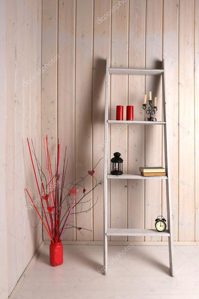 https://st3.depositphotos.com/2949859/12603/i/950/depositphotos_126034044-stockafbeelding-decoratieve-ladder-staan-items-en.jpg