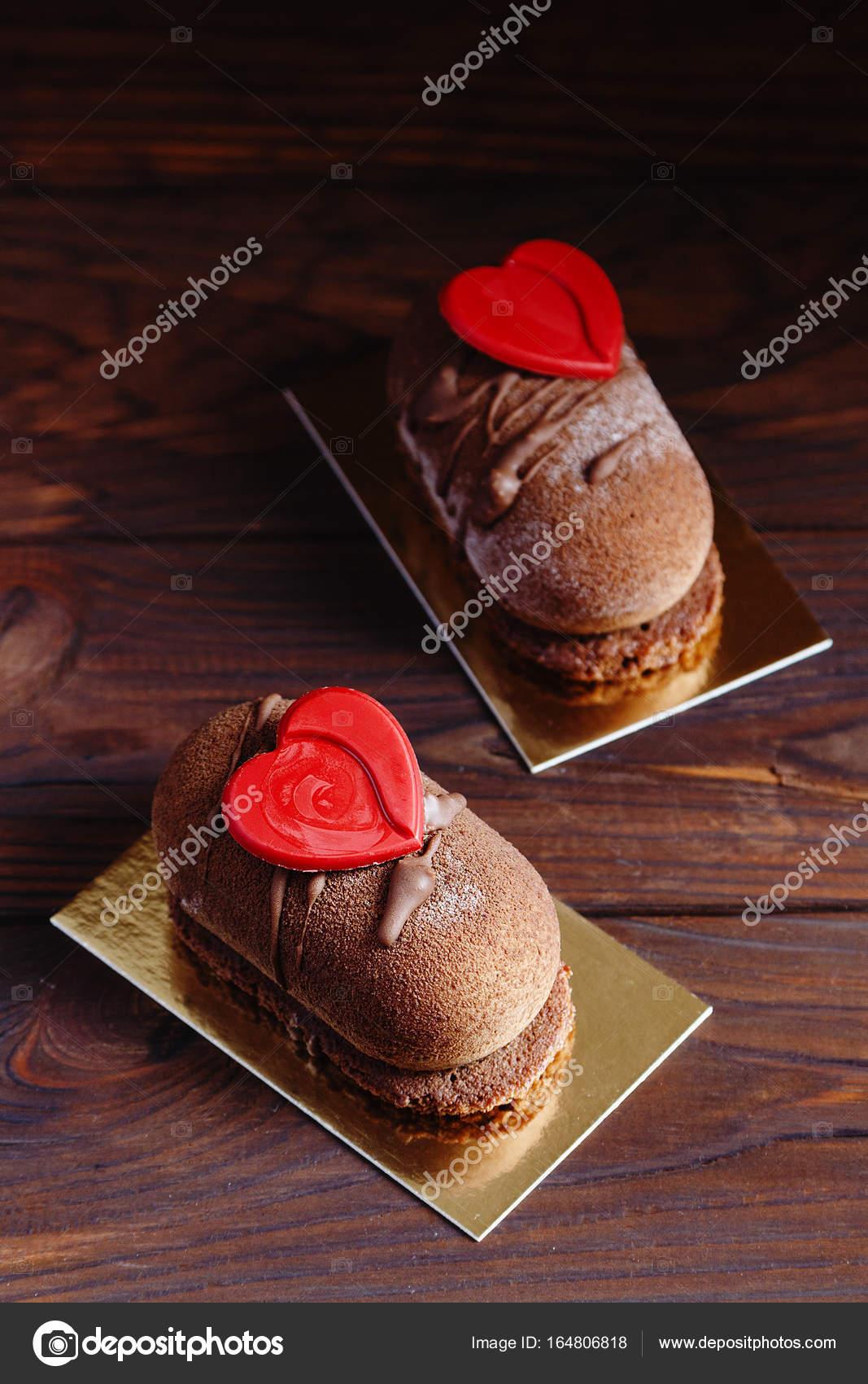 Schokolade Geback Kuchen Dessert Mit Roten Herzen Stockfoto