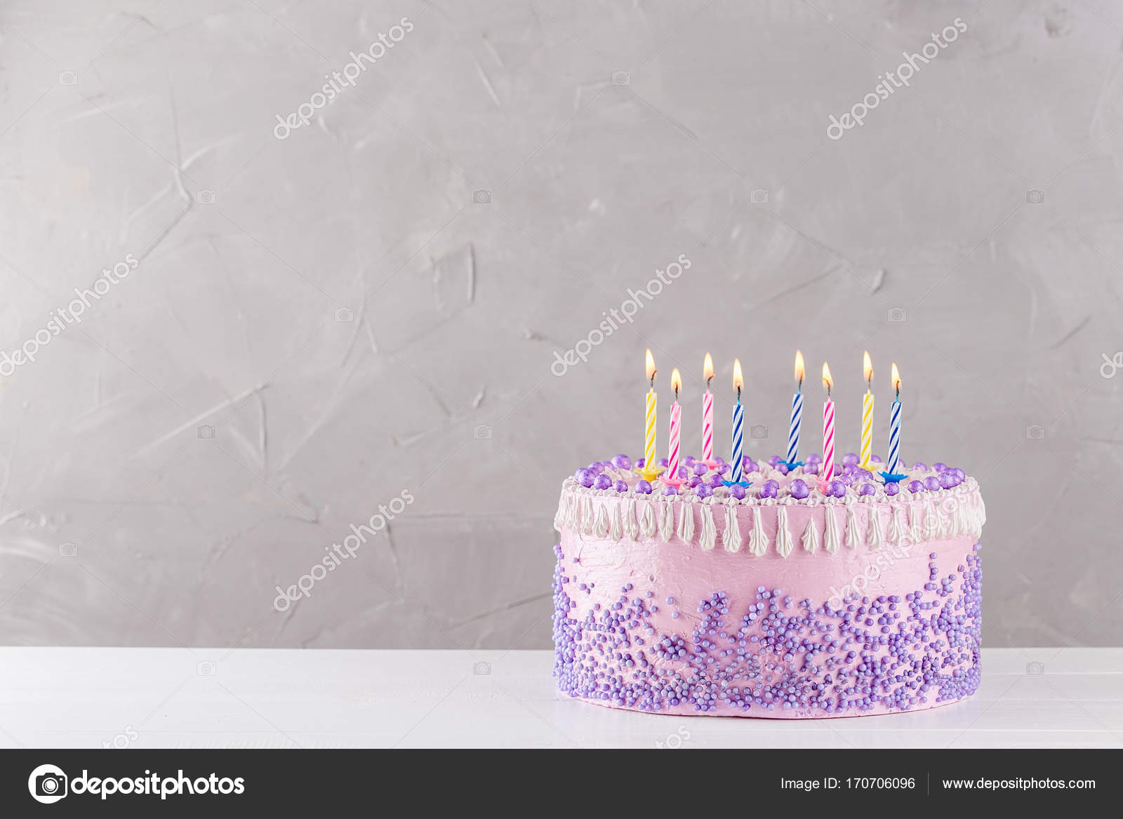 Torta Di Compleanno Con Candele Colorate Sopra Fondo Grigio