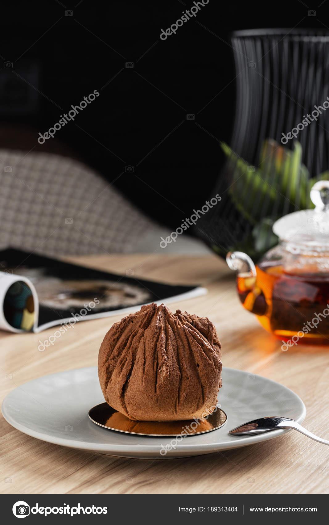 Mini Mousse Kuchen Tasche Form Bedeckt Mit Schokolade Velours Auf Grau U2014  Stockfoto