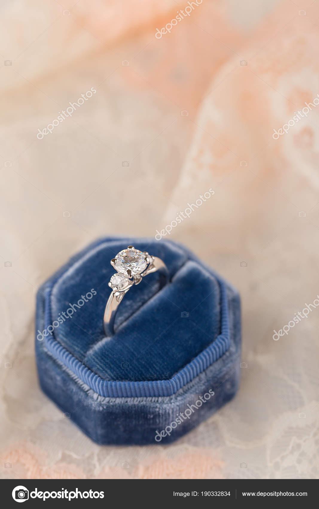 Bily Zlaty Snubni Prsten S Diamanty V Modre Vintage Sametove R