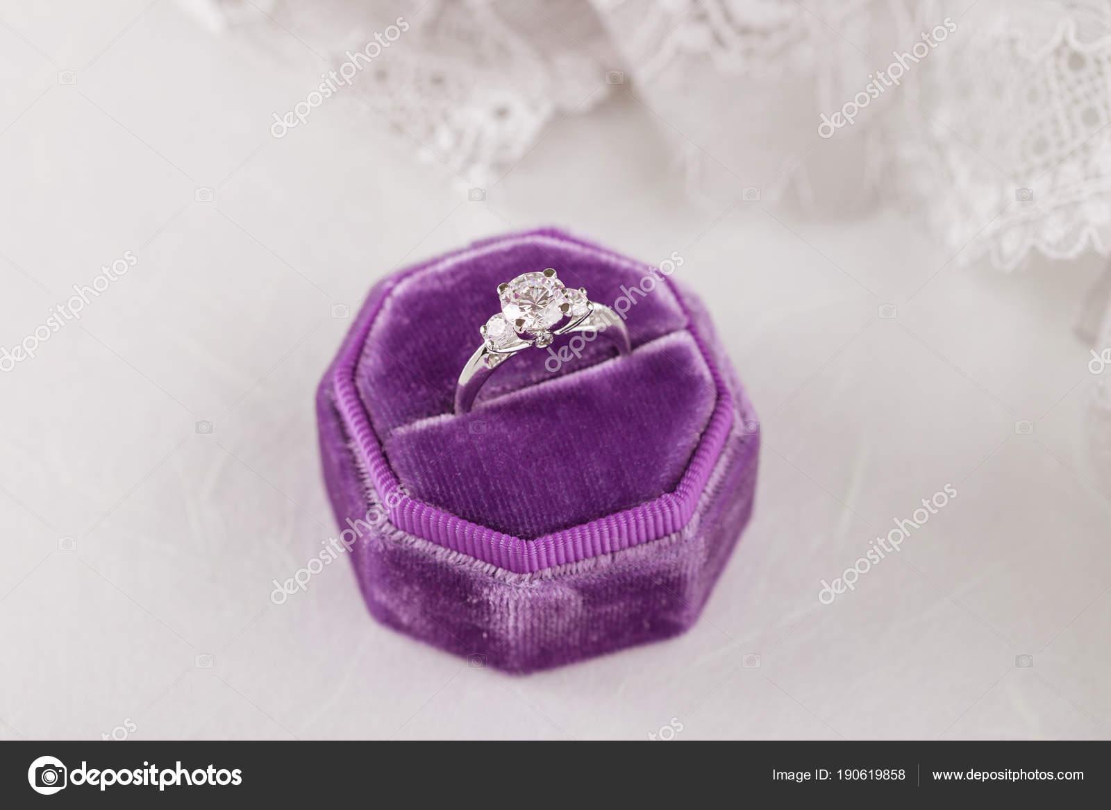 Bily Zlaty Snubni Prsten S Diamanty Ve Fialove Vintage Sametu