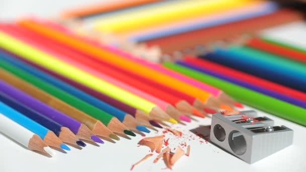 barevné tužky a ořezávátko