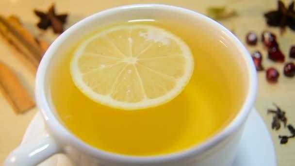 csésze tea citrommal