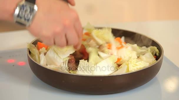 Vaření vepřové kostky a zeleniny dušené na pánev