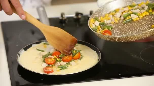Vaření omeleta se zeleninou v pánvi