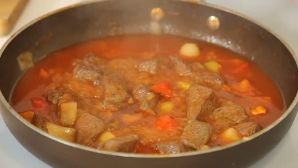 Vaření dušené hovězí guláš se zeleninou v pánvi