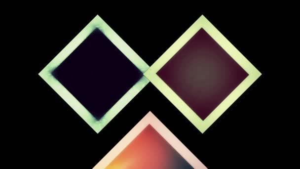 Grafikmuster von Rautenformen, die sich im Hintergrund in verschiedene Richtungen bewegen, bestehend aus mehrfarbigen, strukturierten Quadraten im Format 4k 16: 9.