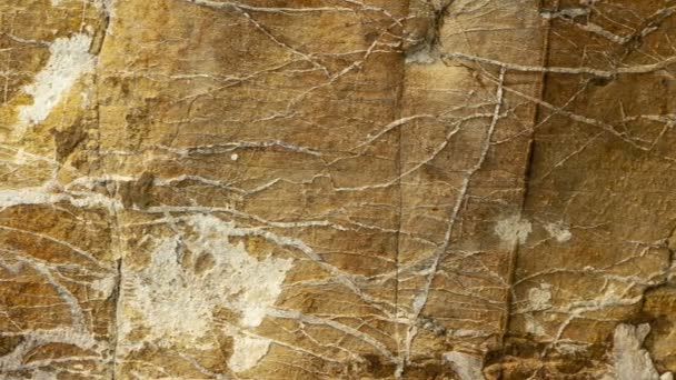 Detail typické zdi starobylého italského venkovského domu, z říčních kamenů vytesaných a ručně vyráběných.
