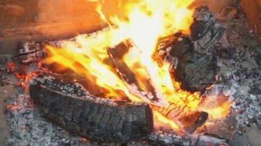 fuoco che brucia nel camino fiamme e legna che arde motion 180 fps stock