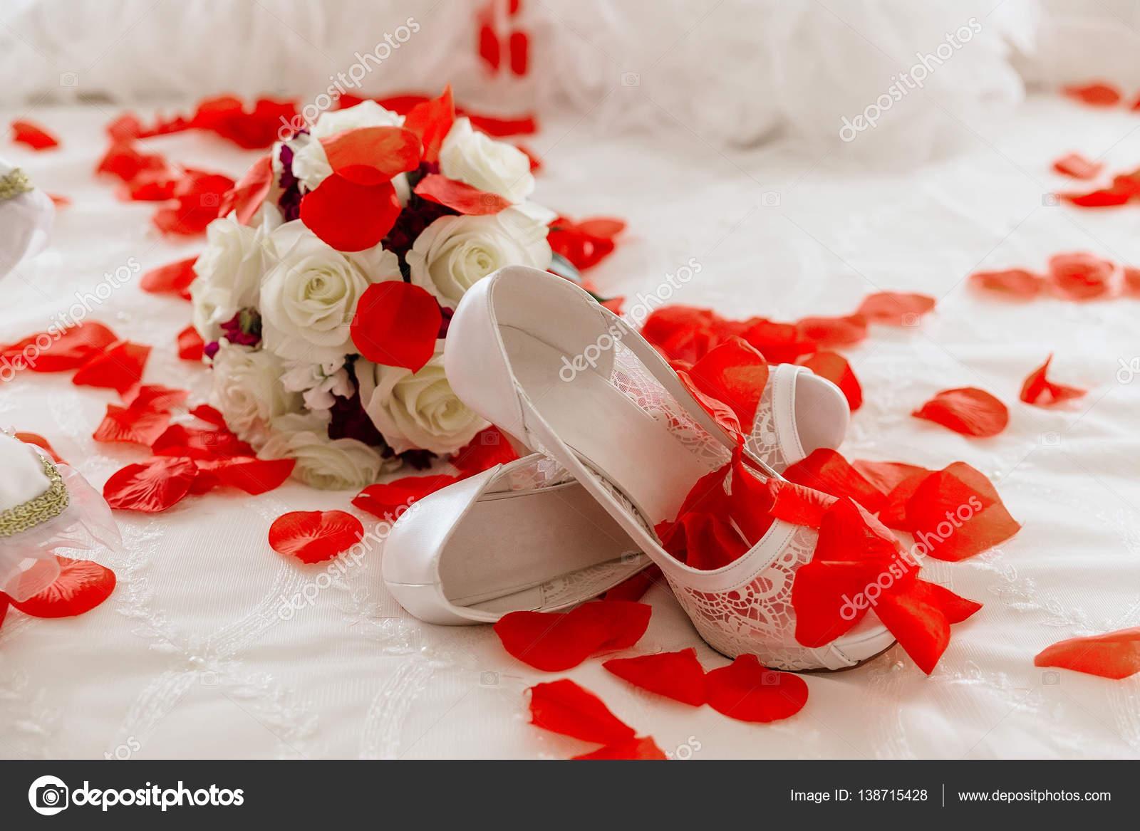 Svatební boty a kyticí růží — Stock Fotografie © photovs  138715428 ad6a6d7ec2