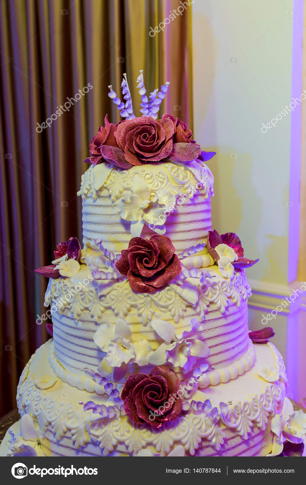 Detail Der Hochzeitstorte Mit Roten Rosen Stockfoto C Photovs