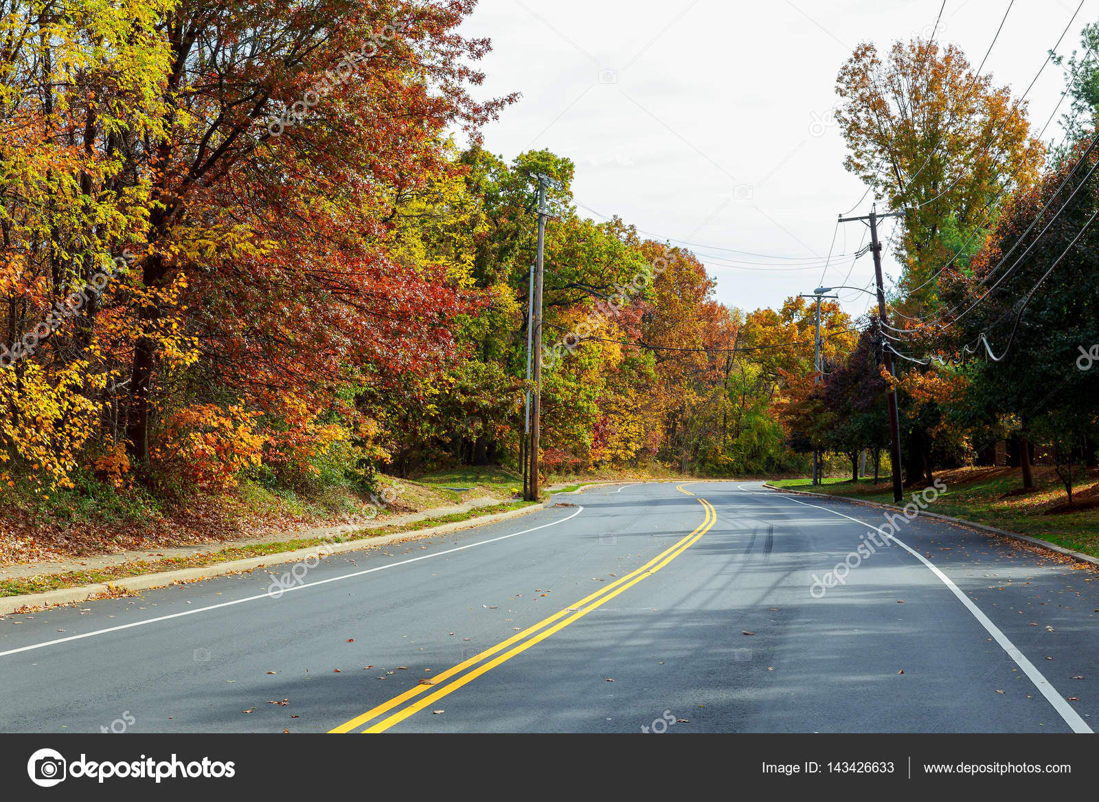Kleurplaten Zonsondergang.Kleurrijke Herfst Zonsondergang Met Zonnestralen Kleuren De Wolken