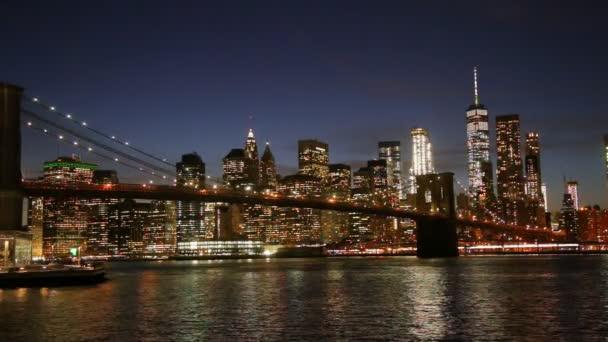 Brooklynský most a panorama Manhattanu z New Yorku.